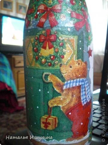 Вот попробовала сделать новогоднюю бутылку. Очень мне это дело понравилось! Кроме процесса...зарядилась хорошим настроением и чувством приближения скорого праздника  фото 3