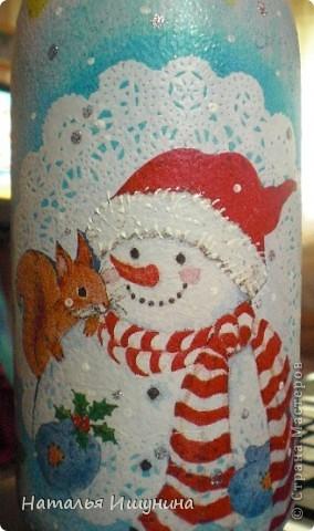 Вот попробовала сделать новогоднюю бутылку. Очень мне это дело понравилось! Кроме процесса...зарядилась хорошим настроением и чувством приближения скорого праздника  фото 4