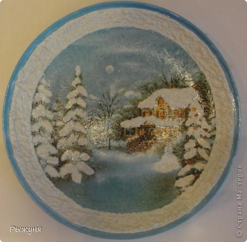 """Здравствуйте Мастерицы!!!! Зима на дворе и поэтому  опять новогодние тарелочки.Использовала мотивы нескольких салфеток, пасту """"белый снег"""", глиттерную пасту, финишный лак Тиккурила фото 5"""