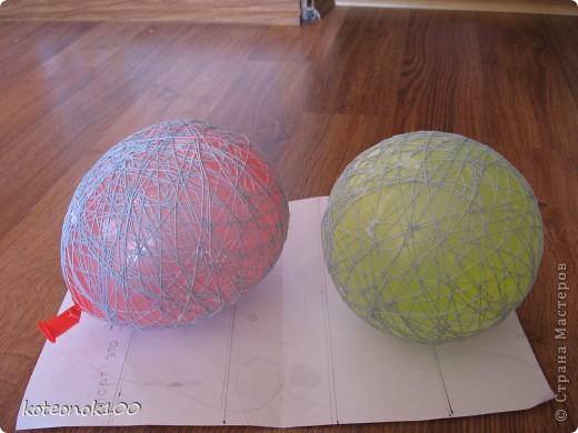 Изготовка таких шариков не занимает много времени, это легко и красиво. Они прекрасно украсят ваш дом перед наступающим праздником. фото 8