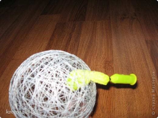 Изготовка таких шариков не занимает много времени, это легко и красиво. Они прекрасно украсят ваш дом перед наступающим праздником. фото 10