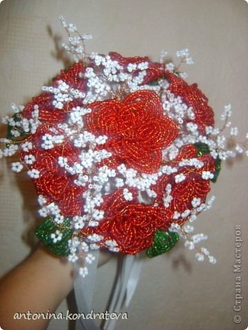 Этот букет как и остальные сделан в технике французского плетения. Состоит из 7 роз, 7 листиков и веточек из белого бисера. фото 1