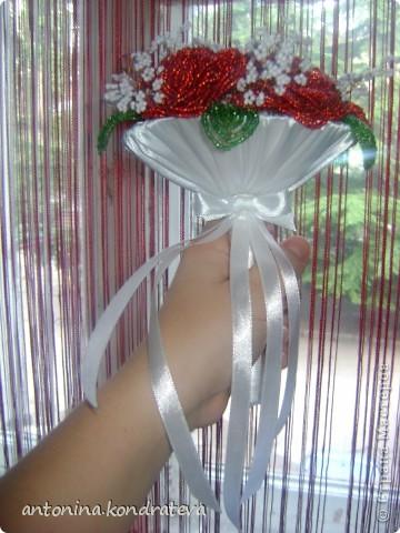 Этот букет как и остальные сделан в технике французского плетения. Состоит из 7 роз, 7 листиков и веточек из белого бисера. фото 2