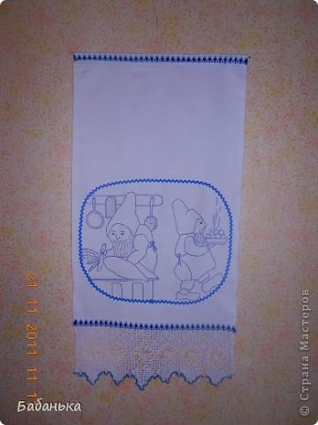 Такие обереговые полотенца бытовали в нашей местности в довоенное время.Откуда пришли эти рисунки-неизвестно,но предполагаю,что из Эстонии-она у нас на другом берегу р. Нарова.Полотенца располагали в доме соответственно рисунку(карлики чистят печь-у печки;носят воду-у бочка с водой,а где готовят еду-там и соответствующий оберег. фото 2