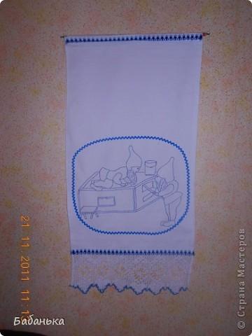 Такие обереговые полотенца бытовали в нашей местности в довоенное время.Откуда пришли эти рисунки-неизвестно,но предполагаю,что из Эстонии-она у нас на другом берегу р. Нарова.Полотенца располагали в доме соответственно рисунку(карлики чистят печь-у печки;носят воду-у бочка с водой,а где готовят еду-там и соответствующий оберег. фото 3