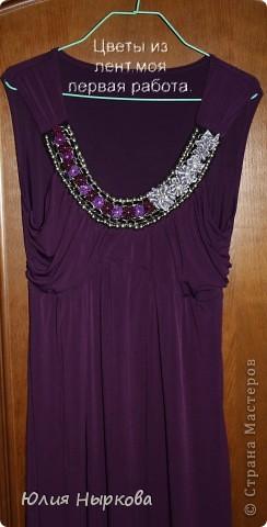 Платье украшено цветами из лент. фото 1