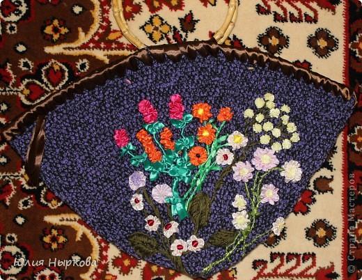 Моя первая сумка .Вязанная крючком и расшитая цветами из лент. фото 1