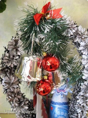 В прошлый раз мы показывали деревья из шишек, а сегодня у нас новогодняя корзинка. В основе бумажное ведерко от попкорна. Ручка из проволоки и картона. Всё оклеили шишками и покрыли аэрозолью. Колокольчики сделаны из стаканчиков от йогурта. Бутылочку и открытку смотрите в предыдущих работах https://stranamasterov.ru/node/142151 , потом здесь: https://stranamasterov.ru/node/129013 и здесь: https://stranamasterov.ru/node/123287.  Вот такой набор получился, дети просто в восторге! фото 3