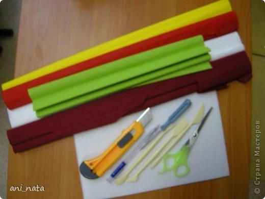 С момента появления в интернете техники «Пэчворк без иголки» появилась идея воплощения этой техники в бумаге. Вот, наконец, претворила  идею в жизнь. Ребята в моем детском объединении подхватили ёе на «Ура».  Пэчворк это техника, использующая кусочки разноцветных тканей. Естественно в бумажном пейчворке  мы будем использовать кусочки бумаги, а именно креповой бумаги, которая как и ткань имеет долевое направление, в котором она растягивается. фото 2