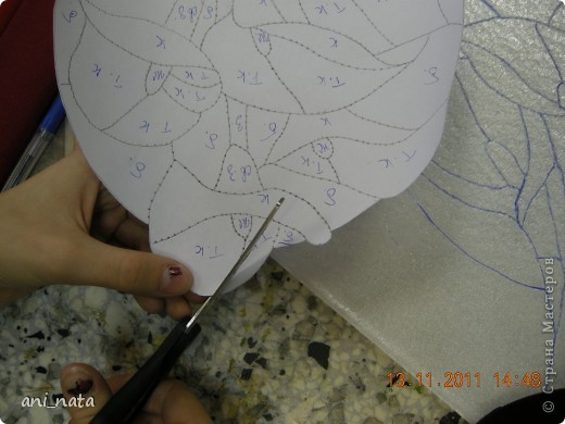 С момента появления в интернете техники «Пэчворк без иголки» появилась идея воплощения этой техники в бумаге. Вот, наконец, претворила  идею в жизнь. Ребята в моем детском объединении подхватили ёе на «Ура».  Пэчворк это техника, использующая кусочки разноцветных тканей. Естественно в бумажном пейчворке  мы будем использовать кусочки бумаги, а именно креповой бумаги, которая как и ткань имеет долевое направление, в котором она растягивается. фото 6