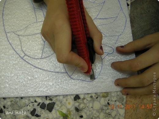 С момента появления в интернете техники «Пэчворк без иголки» появилась идея воплощения этой техники в бумаге. Вот, наконец, претворила  идею в жизнь. Ребята в моем детском объединении подхватили ёе на «Ура».  Пэчворк это техника, использующая кусочки разноцветных тканей. Естественно в бумажном пейчворке  мы будем использовать кусочки бумаги, а именно креповой бумаги, которая как и ткань имеет долевое направление, в котором она растягивается. фото 7