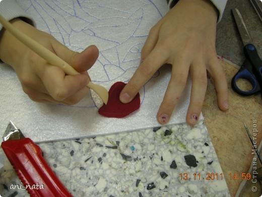 С момента появления в интернете техники «Пэчворк без иголки» появилась идея воплощения этой техники в бумаге. Вот, наконец, претворила  идею в жизнь. Ребята в моем детском объединении подхватили ёе на «Ура».  Пэчворк это техника, использующая кусочки разноцветных тканей. Естественно в бумажном пейчворке  мы будем использовать кусочки бумаги, а именно креповой бумаги, которая как и ткань имеет долевое направление, в котором она растягивается. фото 9