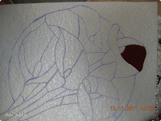 С момента появления в интернете техники «Пэчворк без иголки» появилась идея воплощения этой техники в бумаге. Вот, наконец, претворила  идею в жизнь. Ребята в моем детском объединении подхватили ёе на «Ура».  Пэчворк это техника, использующая кусочки разноцветных тканей. Естественно в бумажном пейчворке  мы будем использовать кусочки бумаги, а именно креповой бумаги, которая как и ткань имеет долевое направление, в котором она растягивается. фото 10