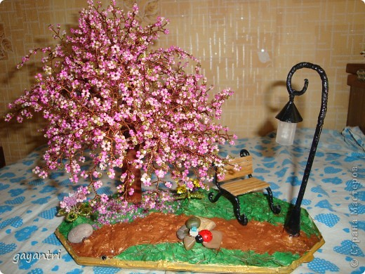 Дерево- светильник на день рождения. Немного неудачно получился фонарь, покосился. Отдельно включается фонарь, и еще светодиод на дереве, которые меняют цвет. фото 1
