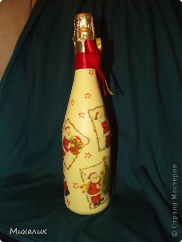 Ещё одна новогодняя бутылочка. Вот такие весёлые Деды Морозы готовятся к Новому году.  Какое это, оказывается, увлекательное занятие - декупаж. Море удовольствия. Хочется делать ещё и ещё. Было бы время.  Фото со всех сторон. фото 4