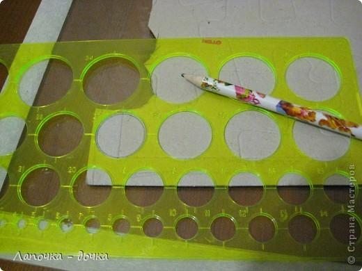 Вырезаем круг нужного размера. Я вырезала из картона, который остался от дет. пазлов. фото 1