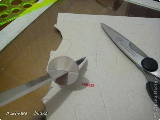 Вырезаем круг нужного размера. Я вырезала из картона, который остался от дет. пазлов. фото 2