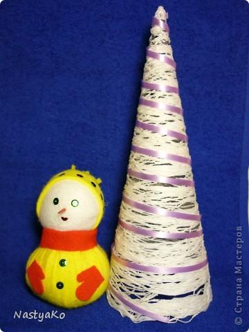 =)) вот и мой снеговичок)) сделан из желтой тканевой салфетки и белой (влажной) салфетки))) внутри синтепон фото 1