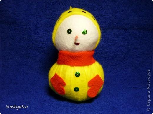 =)) вот и мой снеговичок)) сделан из желтой тканевой салфетки и белой (влажной) салфетки))) внутри синтепон фото 2
