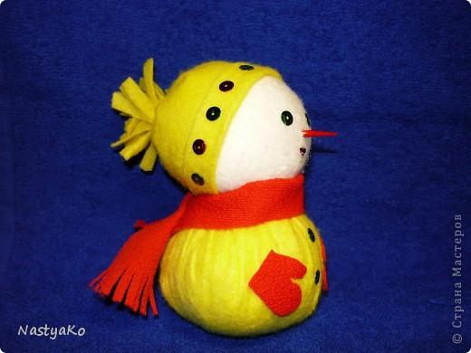 =)) вот и мой снеговичок)) сделан из желтой тканевой салфетки и белой (влажной) салфетки))) внутри синтепон фото 3