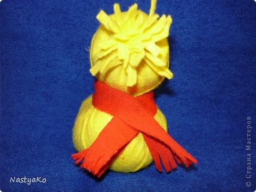 =)) вот и мой снеговичок)) сделан из желтой тканевой салфетки и белой (влажной) салфетки))) внутри синтепон фото 4