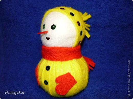 =)) вот и мой снеговичок)) сделан из желтой тканевой салфетки и белой (влажной) салфетки))) внутри синтепон фото 5