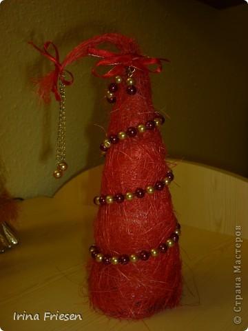 Идеи ёлочек подсмотрела у мастериц.  Скоро Новый год, вот готовлюсь понемногу.  Это ёлочка сделана из сизаля. Украсила её бусами. фото 1