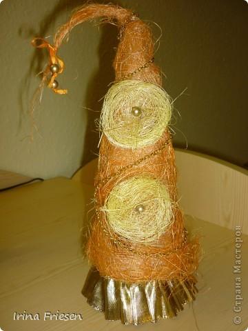 Идеи ёлочек подсмотрела у мастериц.  Скоро Новый год, вот готовлюсь понемногу.  Это ёлочка сделана из сизаля. Украсила её бусами. фото 2