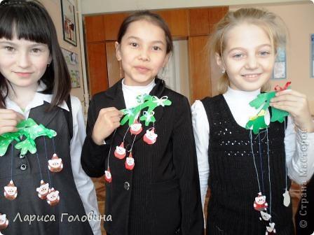 В классе началась подготовка к Новому году. Такие подвески мы сделали на кружке. Идея взята из интернета, какого-то иностранного журнала. фото 3