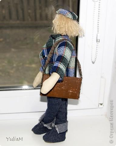 Дело художника - рождать радость.                                    Константин Георгиевич Паустовский   Рей стоял и смотрел в окно. Там, за прозрачной стеной холодного стекла плакала последним ноябрьским промозглым дождем такая же холодная осень. Ни одного листочка не осталось на деревьях. Их оголенные, дрожащие  под ударами грозного ветра руки-ветви, навевали неимоверную тоску. В сером небе плыли облака, и казалось, что это призрачные лица незваных душ изливают слезы на серую землю. Не было слышно веселых песен птиц, не было видно всегда снующих в поисках приключений соседских котов... фото 1