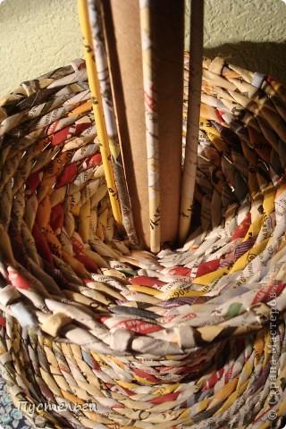 Для хороших ребят из кружка плетения из газет выкладываю этот мастер-класс.  Нам кроме газет понадобится картонная труба из под фольги. фото 17