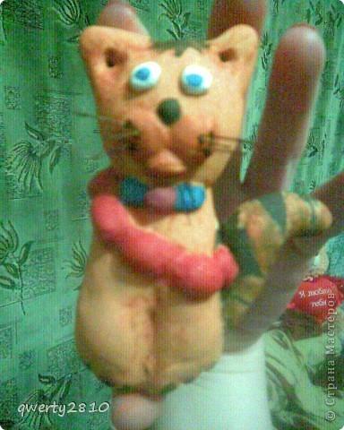 Вот такой вот кот-магнит на холодильник..Фотографии не очень хорошего качества, фотографировала на телефон...так что прошу прощения=)))но все равно разобрали на сувениры=) фото 1