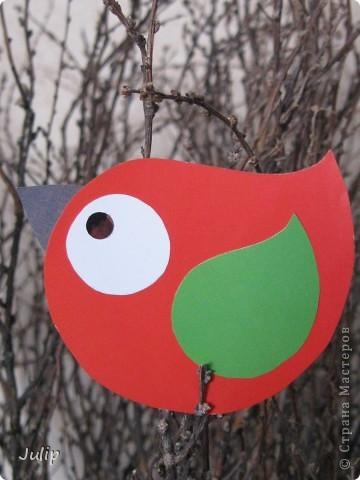 Таких ярких птичек можно сделать из журнальной бумаги. фото 1