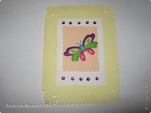 Такие открытки делали сегодня первоклашки на мероприятии ко Дню Матери. Материал - обычная бумага для принтера и наклейки в виде цветочков\ бабочек. Инструменты- дырокол угла, фигурные ножницы, скотч двусторонний объёмный. фото 1