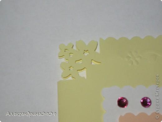 Такие открытки делали сегодня первоклашки на мероприятии ко Дню Матери. Материал - обычная бумага для принтера и наклейки в виде цветочков\ бабочек. Инструменты- дырокол угла, фигурные ножницы, скотч двусторонний объёмный. фото 3