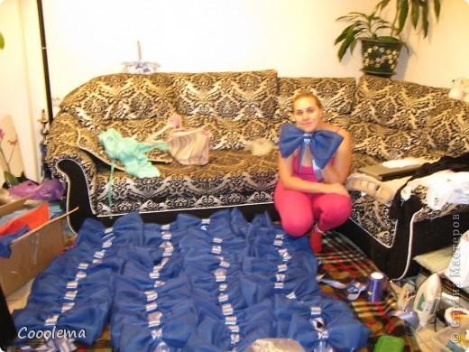 Всем привет! Вот еще не показала, как мы преображали зал в ресторане, так как чехлы на мебели там белые, а свадьба была в сине-голубых тонах. Так мы сделали 70 бантов на стулья фото 1