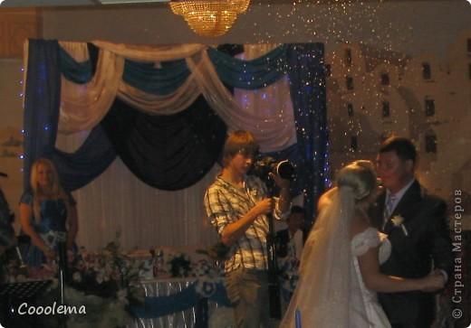 Всем привет! Вот еще не показала, как мы преображали зал в ресторане, так как чехлы на мебели там белые, а свадьба была в сине-голубых тонах. Так мы сделали 70 бантов на стулья фото 4