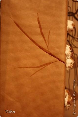 Помните моё кофейное дерево? Скоро его дарить хорошему человечку, а упаковки нет. Решила упаковать в коробочку. Старая перекошенная коробка была обклеена бумажкой декоративной.  Просто коробочка мне показалась пустой, наклеила цветы из салфеток - мало... фото 2