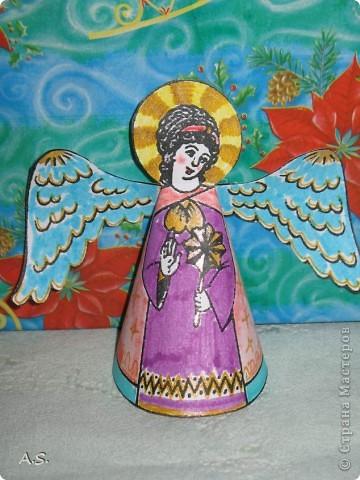 """Ангелы в небе высоком живут, Богу Всевышнему славу поют, К небу возносят молитвы людей, Сладкие грёзы детей. Господи мой, сердце открой, Дай мне услышать ангельский хор! Господи мой, сердце открой, Знаю, Ты Бог живой! Ангелов Бог посылает с небес Для возвещения Божьих чудес, Веру и радость приносят они, Вестники Божьей любви.  Ко дню Архистратига Михаила и всех небесных сил бесплотных (21 ноября) делали с ребятами в Воскресной школе такую коллективную работу. Раздавала детям рисунки Ангелов, они их раскрашивали-дорисовывали и наклеивали на """"набо"""". фото 19"""