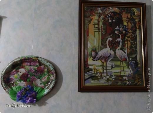 """Вот такое пано """"на скорую руку"""" получилось у меня,в подарок бабушке на кухню после ремонта,из подручных материалов-одноразовый поднос,журнальная вырезка,пластмассовые цветы. фото 3"""