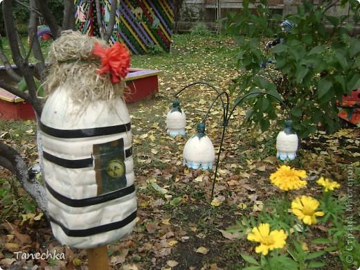 """Вот так мы оформили свой участок летом 2011 года! Все сделано своими руками. Божьи коровки из касок удобно расположились на """"цветочных"""" пенечках. А рядом цветочки из пластиковых бутылок. фото 7"""