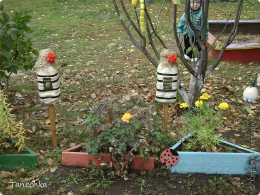 """Вот так мы оформили свой участок летом 2011 года! Все сделано своими руками. Божьи коровки из касок удобно расположились на """"цветочных"""" пенечках. А рядом цветочки из пластиковых бутылок. фото 9"""