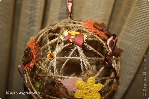 Огомное спасибо за подробный МК Ольге К https://stranamasterov.ru/node/25926?c=favorite Так понравилось крутить шарики для снеговичка, которого мы с сыночком решили смастерить в садик к Новому году, что я решила сделать вот такой вот шарик из простого шпагата.... фото 2