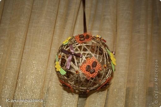 Огомное спасибо за подробный МК Ольге К https://stranamasterov.ru/node/25926?c=favorite Так понравилось крутить шарики для снеговичка, которого мы с сыночком решили смастерить в садик к Новому году, что я решила сделать вот такой вот шарик из простого шпагата.... фото 1