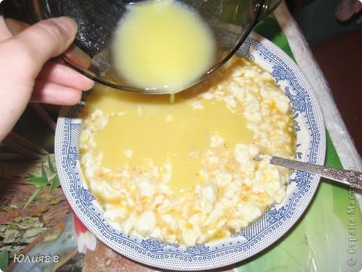 Нам понадобится: 1/2 стакана манки 1/2 стакана сметаны 4 яйца 1/2 стакана сахара 1/3 ч.л соды 500гр творога 100грм растопленного сливочного масла и орехи, изюм. курага.. что душа пожелает в нее можно добавить)) фото 9