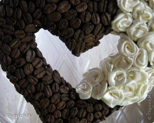 """Вот такое деревце вырастили вместе с дочерью в подарок для любимой подружки. Деревце творили вот по этому МК https://stranamasterov.ru/node/124256?c=favorite , СПАСИБО автору!!! Но в процессе работы, нанюхавшись до одурения кофе, вдруг поняли, что неплохо было-бы к кофе добавить немного сливок :))) Роль """"сливок"""" сыграли мелкие розочки из атласной ленты молочного цвета...  Муторная работа, хочу вам сказать, но результатом остались ОООООЧЕНЬ довольны!!! Реакцией подружки на подарок - тоже! :)))) фото 2"""