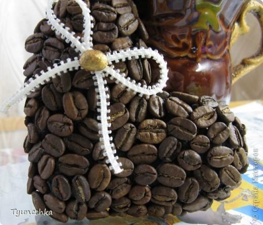 """Вот такое деревце вырастили вместе с дочерью в подарок для любимой подружки. Деревце творили вот по этому МК https://stranamasterov.ru/node/124256?c=favorite , СПАСИБО автору!!! Но в процессе работы, нанюхавшись до одурения кофе, вдруг поняли, что неплохо было-бы к кофе добавить немного сливок :))) Роль """"сливок"""" сыграли мелкие розочки из атласной ленты молочного цвета...  Муторная работа, хочу вам сказать, но результатом остались ОООООЧЕНЬ довольны!!! Реакцией подружки на подарок - тоже! :)))) фото 7"""
