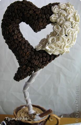 """Вот такое деревце вырастили вместе с дочерью в подарок для любимой подружки. Деревце творили вот по этому МК https://stranamasterov.ru/node/124256?c=favorite , СПАСИБО автору!!! Но в процессе работы, нанюхавшись до одурения кофе, вдруг поняли, что неплохо было-бы к кофе добавить немного сливок :))) Роль """"сливок"""" сыграли мелкие розочки из атласной ленты молочного цвета...  Муторная работа, хочу вам сказать, но результатом остались ОООООЧЕНЬ довольны!!! Реакцией подружки на подарок - тоже! :)))) фото 6"""