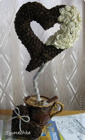 """Вот такое деревце вырастили вместе с дочерью в подарок для любимой подружки. Деревце творили вот по этому МК https://stranamasterov.ru/node/124256?c=favorite , СПАСИБО автору!!! Но в процессе работы, нанюхавшись до одурения кофе, вдруг поняли, что неплохо было-бы к кофе добавить немного сливок :))) Роль """"сливок"""" сыграли мелкие розочки из атласной ленты молочного цвета...  Муторная работа, хочу вам сказать, но результатом остались ОООООЧЕНЬ довольны!!! Реакцией подружки на подарок - тоже! :)))) фото 1"""