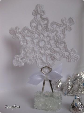Вот такая интерьерная штучка . Снежинка в ледяном сугробе:) Вяжем снежинку , по схеме, которая вам нравится.  Крахмалим снежинку и пока она сохнет сделаем сугроб. фото 1